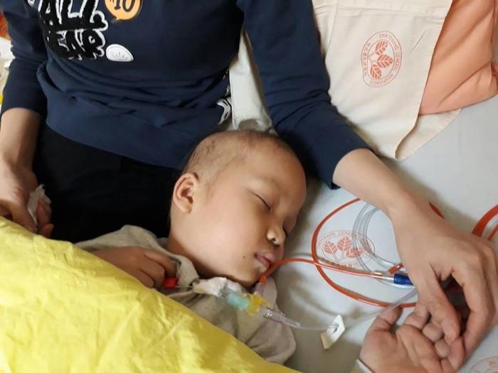 Sau đợt truyền hóa chất thứ 3, Quỳnh Chinằm bẹp, ngườimềm nhũn như hết sức lực, chẳng ăn gì nhưng vẫn ói liên tục suốt đêm, rồi cả ngày ngủ li bì.