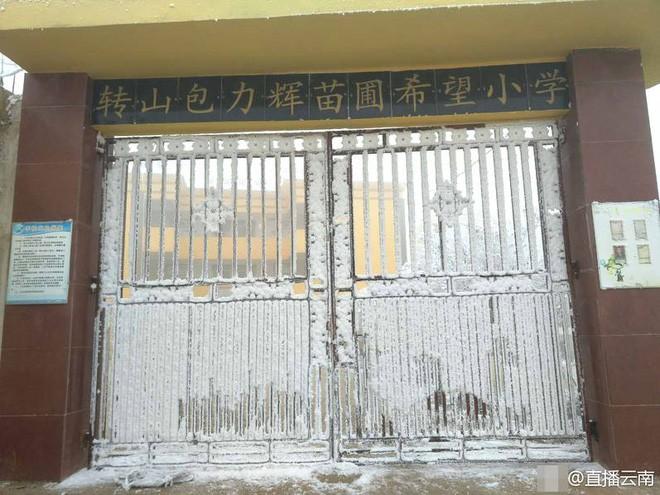 Bức ảnh cậu bé Trung Quốc bị đóng băng cả đầu vẫn đến lớp dưới thời tiết -9 độ và câu chuyện cảm động đằng sau - Ảnh 2.