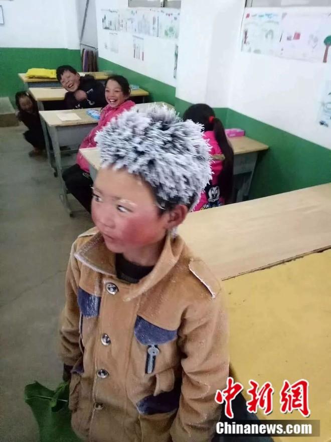 Bức ảnh cậu bé Trung Quốc bị đóng băng cả đầu vẫn đến lớp dưới thời tiết -9 độ và câu chuyện cảm động đằng sau - Ảnh 1.