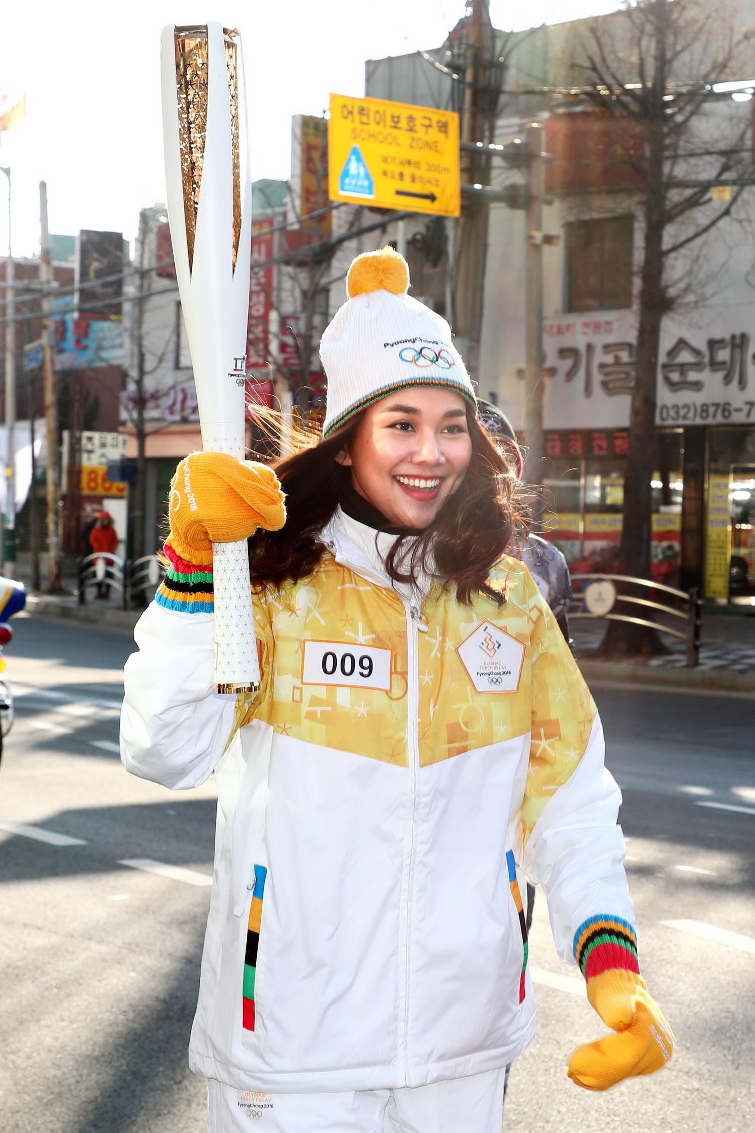 Trời lạnh -10 độ, Thanh Hằng vẫn đẹp rạng rỡ đi rước đuốc ở Thế vận hội mùa đông 2018 tại Hàn Quốc - Ảnh 3.