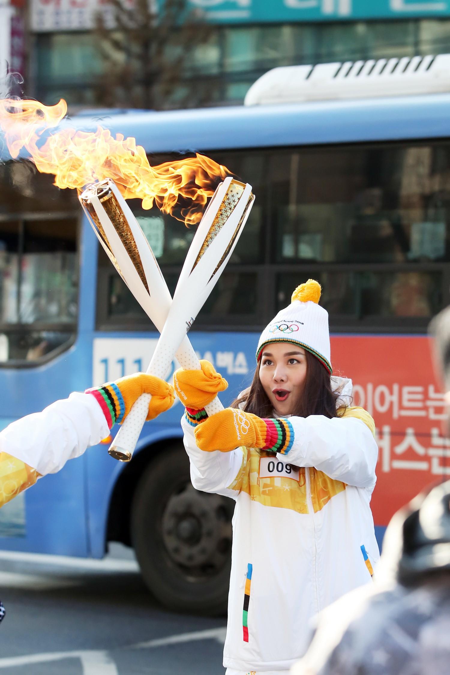 Trời lạnh -10 độ, Thanh Hằng vẫn đẹp rạng rỡ đi rước đuốc ở Thế vận hội mùa đông 2018 tại Hàn Quốc - Ảnh 6.
