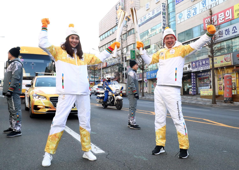 Trời lạnh -10 độ, Thanh Hằng vẫn đẹp rạng rỡ đi rước đuốc ở Thế vận hội mùa đông 2018 tại Hàn Quốc - Ảnh 2.