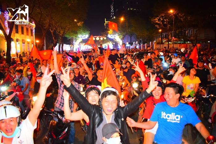 Dù đã khuya nhưng hàng ngàn người dân vẫn đổ xuống đường