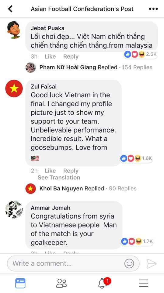 Cổ động viên Malaysia lại viết hẳn tiếng việt. Ngoài ra, một cổ động viên khác còn thay hẳn avatarthành cờ đỏ sao vàng, quốc kỳ của Việt Nam để thể hiện sự ủng hộ của mình cho tuyển U23 Việt Nam.