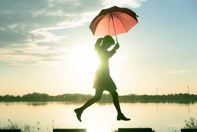 Bởi vì chờ anh quá lâu, cô đơn cũng đã quá sâu nên em cần mạnh mẽ để bước tiếp thôi...
