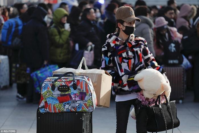 Không chỉ có người, số hành lí mà các hành khách mang theo cũng là một vấn đề cực đau đầu