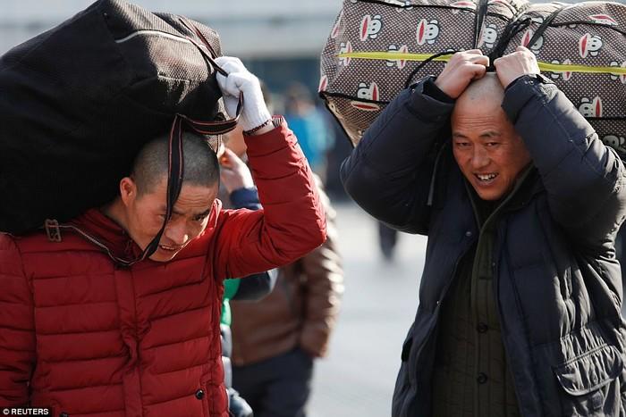 Hành khách vác theo vali về nhà ăn Tết với gia đình