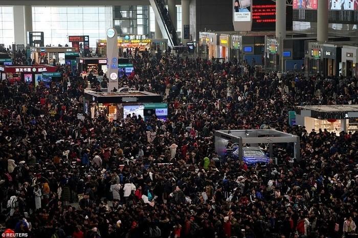 Hàng ngàn hành khách xếp hàng mua vé tàu tại một ga tàu ở Thượng Hải