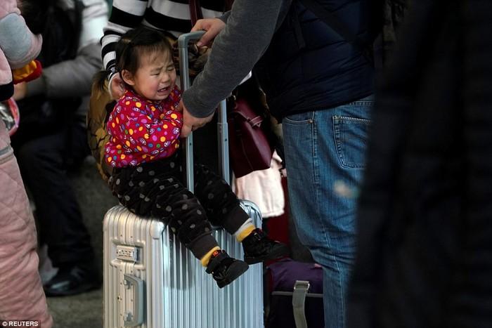 Hình ảnh em bé quấy khóc khi phải ở trong khu vực quá chật hẹp và đông đúc