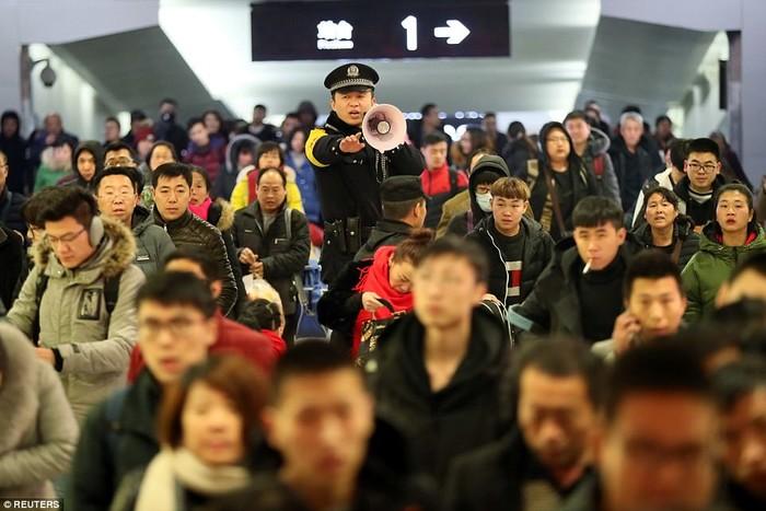 Dòng người đông đúc với nhu cầu di chuyển lớn khiến cho các nhà ga có phần quá tải
