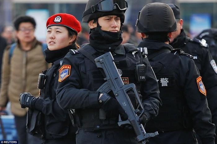 Các đặc vụ SWAT làm việc hết công suất, đứng kiểm soát tại các nhà ga