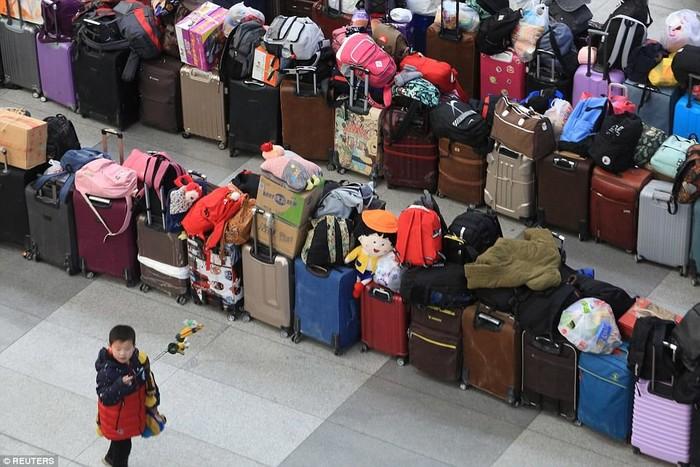 Hành lí được xếp la liệt, đủ cho thấy số lượng hành khách lớn đến mức nào