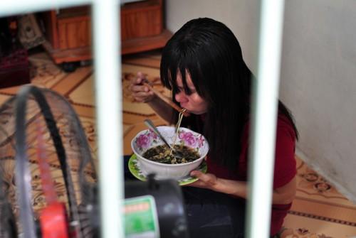 Cầu thủ U23 Việt Nam trích tiền thưởng giúp nữ công nhân về quê đón Tết - Ảnh 1.