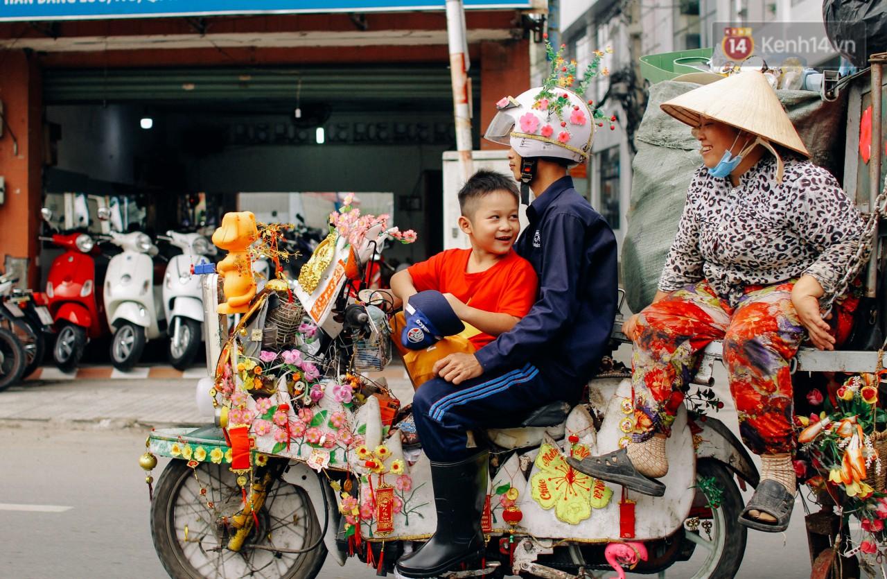 Có một cái Tết rất đẹp trên những chiếc xe mưu sinh của anh nhân viên vệ sinh và anh bán trái cây dạo ở Sài Gòn - Ảnh 7.