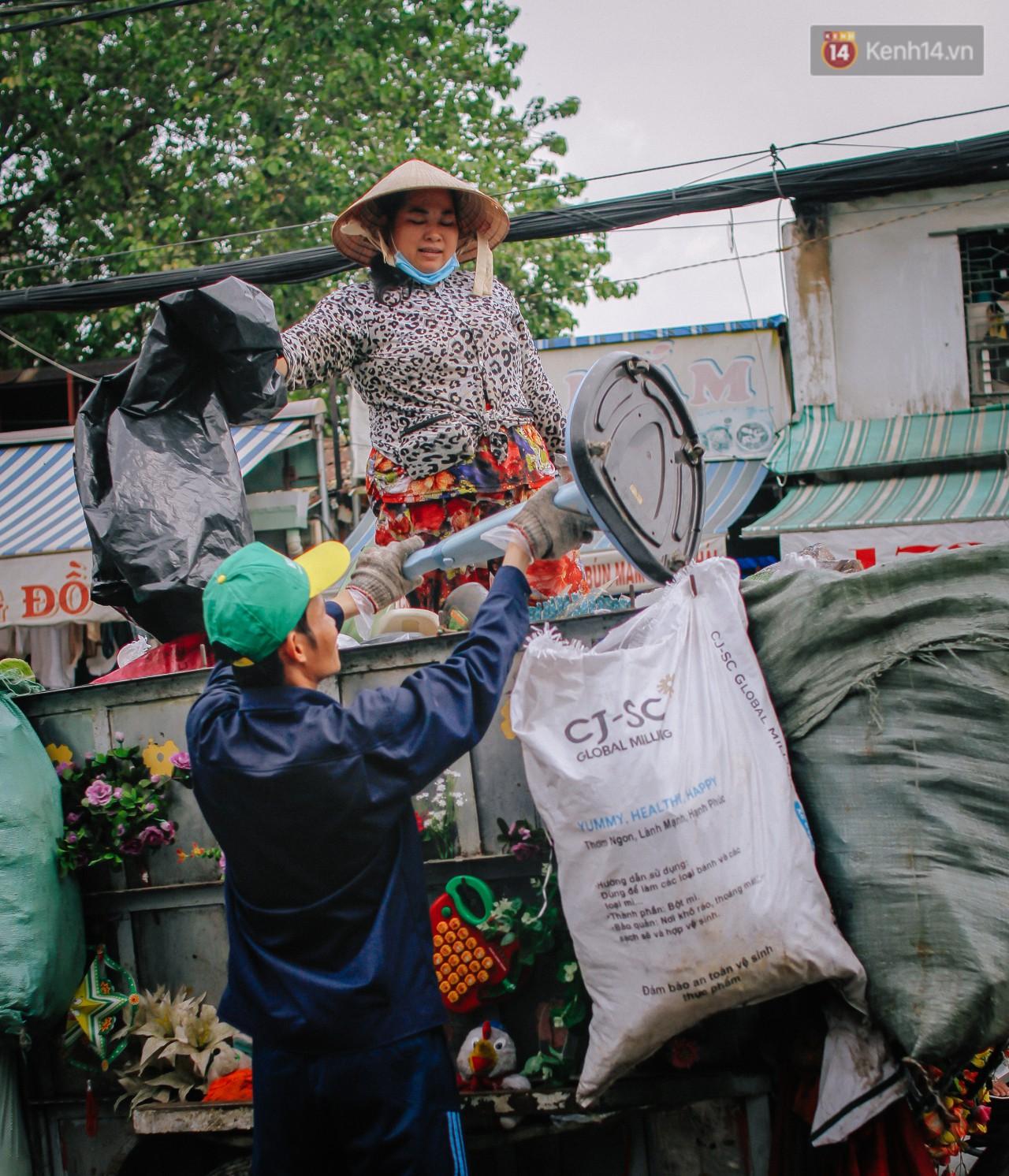 Có một cái Tết rất đẹp trên những chiếc xe mưu sinh của anh nhân viên vệ sinh và anh bán trái cây dạo ở Sài Gòn - Ảnh 5.
