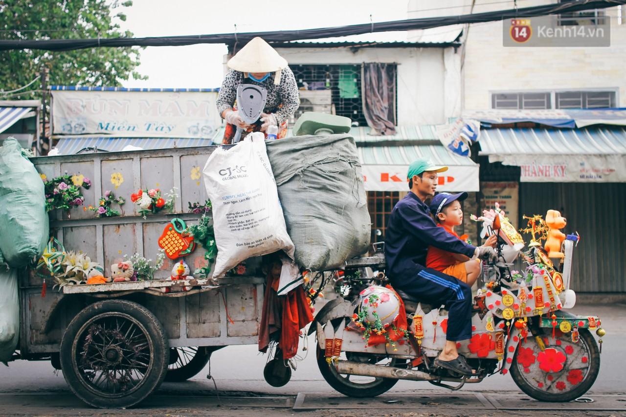 Có một cái Tết rất đẹp trên những chiếc xe mưu sinh của anh nhân viên vệ sinh và anh bán trái cây dạo ở Sài Gòn - Ảnh 1.