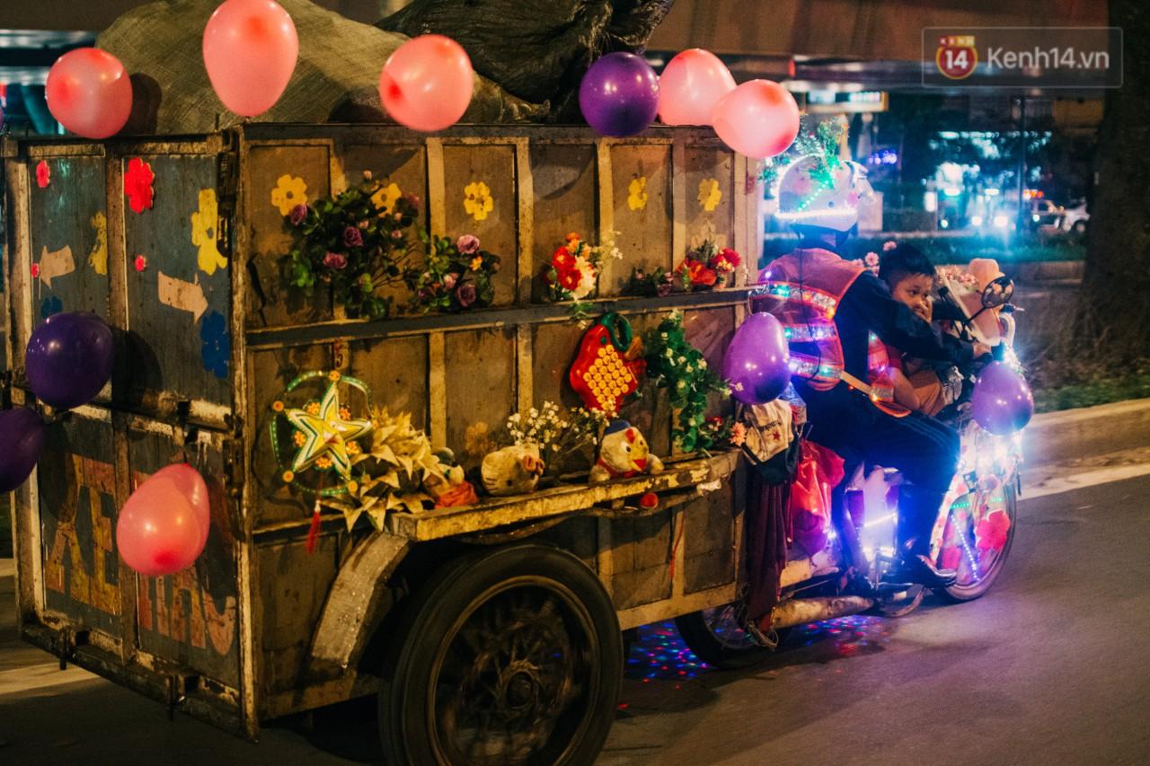 Có một cái Tết rất đẹp trên những chiếc xe mưu sinh của anh nhân viên vệ sinh và anh bán trái cây dạo ở Sài Gòn - Ảnh 4.