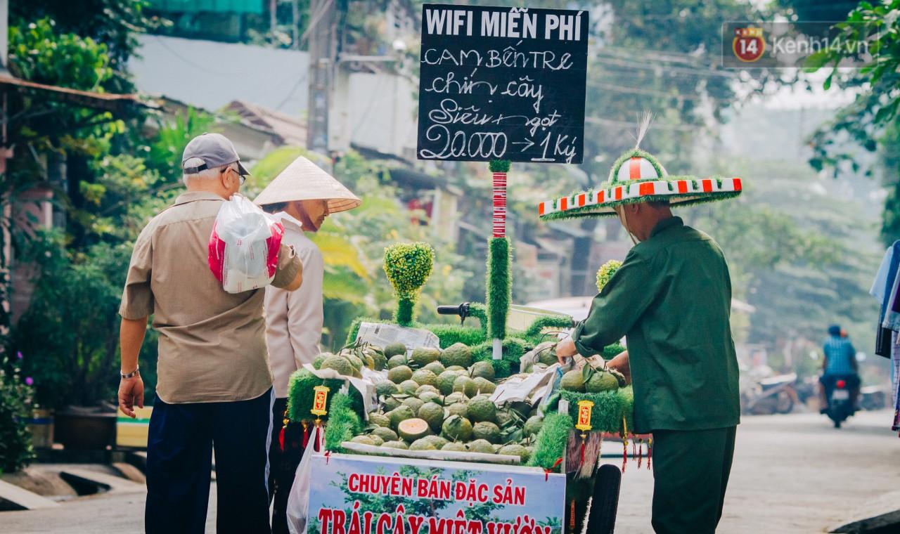 Có một cái Tết rất đẹp trên những chiếc xe mưu sinh của anh nhân viên vệ sinh và anh bán trái cây dạo ở Sài Gòn - Ảnh 10.