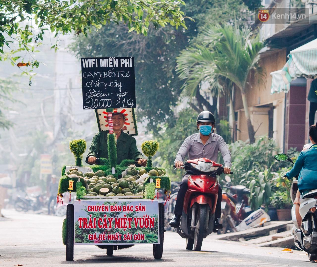 Có một cái Tết rất đẹp trên những chiếc xe mưu sinh của anh nhân viên vệ sinh và anh bán trái cây dạo ở Sài Gòn - Ảnh 8.