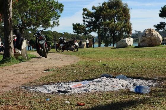 Còn đây là bãi chiến trường mà mọi người để lại sau khi rời đi (Nguồn ảnh: Đà Lạt có gì hot)