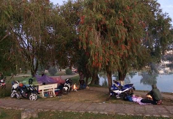 Nhiều du khách phải đốt lửa để sưởi ẩm và ngủ nghỉ ngoài trời(Nguồn ảnh: Đà Lạt có gì hot)