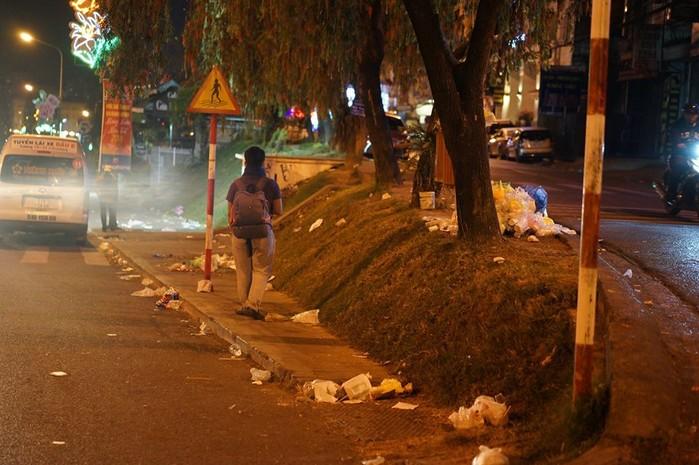 Hình ảnh do bạn Duy Le Thanh ghi lại lúc 4h sáng ngày mùng 6 Tết, khắp nơi là rác thải (Ảnh: Duy Le Thanh)