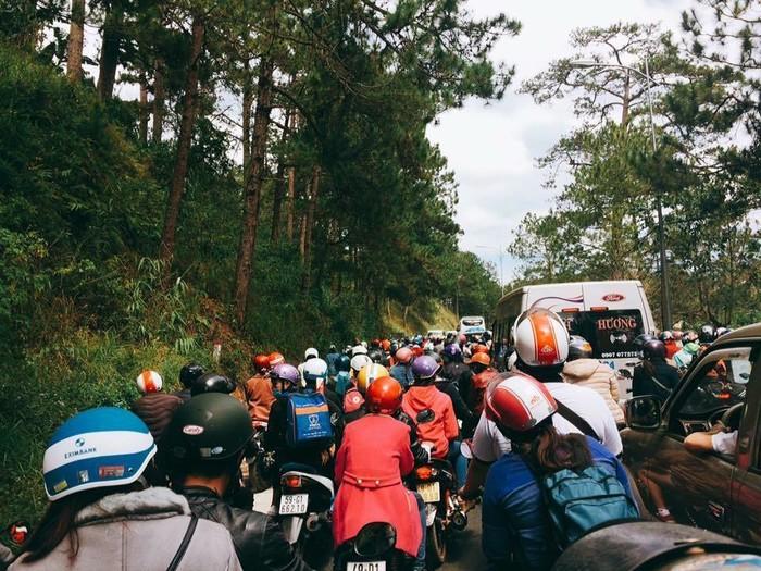 Nhiều đoạn đương đèo đi vào thành phố đông kín xe cộ và người di chuyển(Nguồn ảnh:Thông tin Đà Lạt)