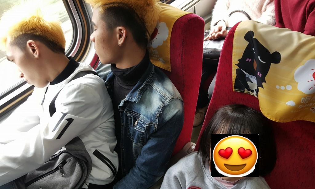 Ấm lòng câu chuyện 2 lao động Việt Nam nhường ghế cho em bé Đài Loan trên chuyến tàu Tết khiến cư dân mạng xúc động - Ảnh 1.