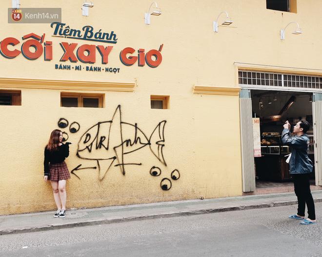 Giới trẻ vẫn tụ tập chờ chụp ảnh với bức tường vàng đã bị vẽ bậy ở Đà Lạt, chủ quán cho biết sẽ sơn lại vào ngày mai - Ảnh 7.