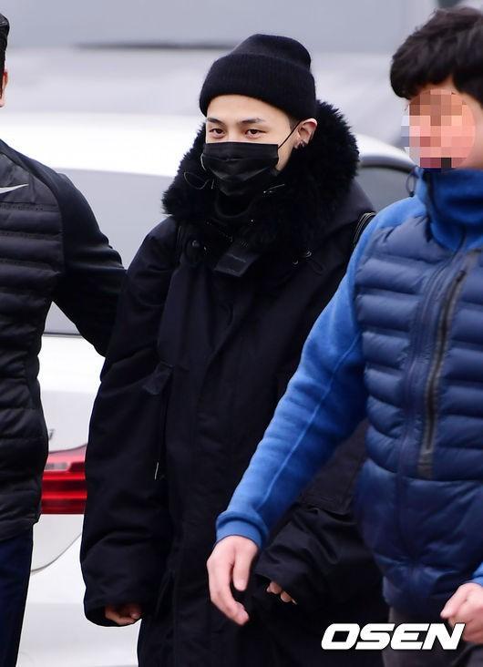 Hình ảnh xúc động nhất ngày hôm nay: T.O.P ôm chặt, tiễn G-Dragon đến tận cổng quân đội - Ảnh 7.
