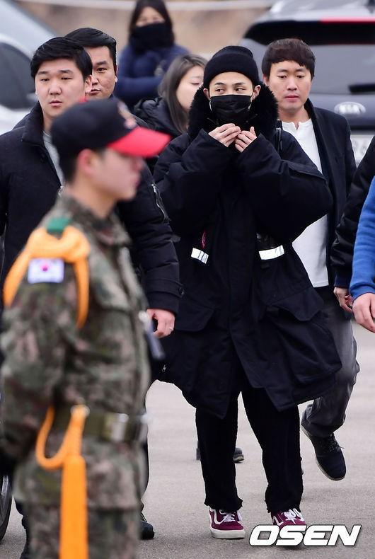 Hình ảnh xúc động nhất ngày hôm nay: T.O.P ôm chặt, tiễn G-Dragon đến tận cổng quân đội - Ảnh 8.