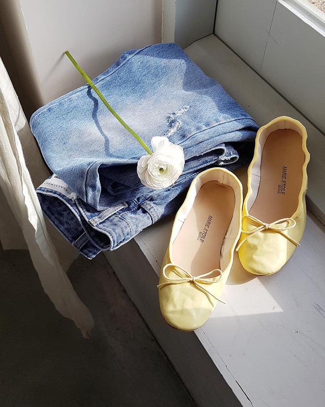 Không phải kiểu bó chít ống côn, xu hướng quần jeans 2018 thoải mái hơn với kiểu ống suông, ống vẩy - Ảnh 1.