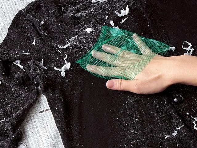 Quần áo lem nhem dính đầy vụn trắng vì lỡ giặt chung với giấy thì chỉ có cách cứu như thế này thôi - Ảnh 3.