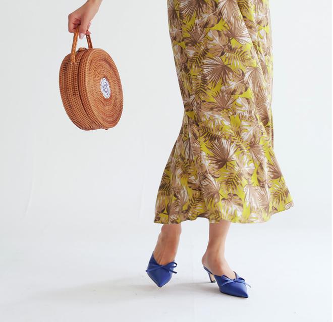 Không phải sneaker, giày khuyết gót là món đồ nàng công sở cần sắm ngay trong hè này - Ảnh 2.