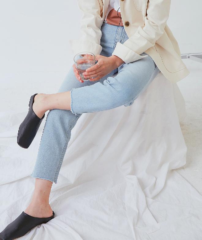 Không phải sneaker, giày khuyết gót là món đồ nàng công sở cần sắm ngay trong hè này - Ảnh 20.