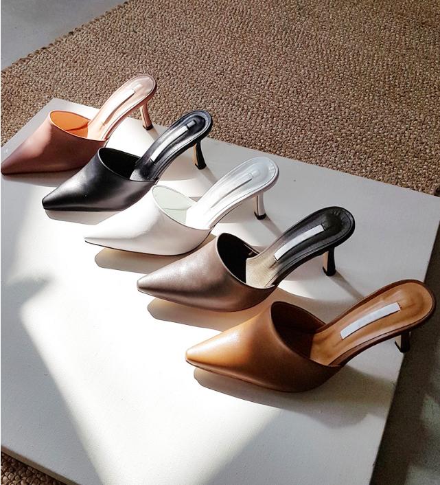 Không phải sneaker, giày khuyết gót là món đồ nàng công sở cần sắm ngay trong hè này - Ảnh 1.