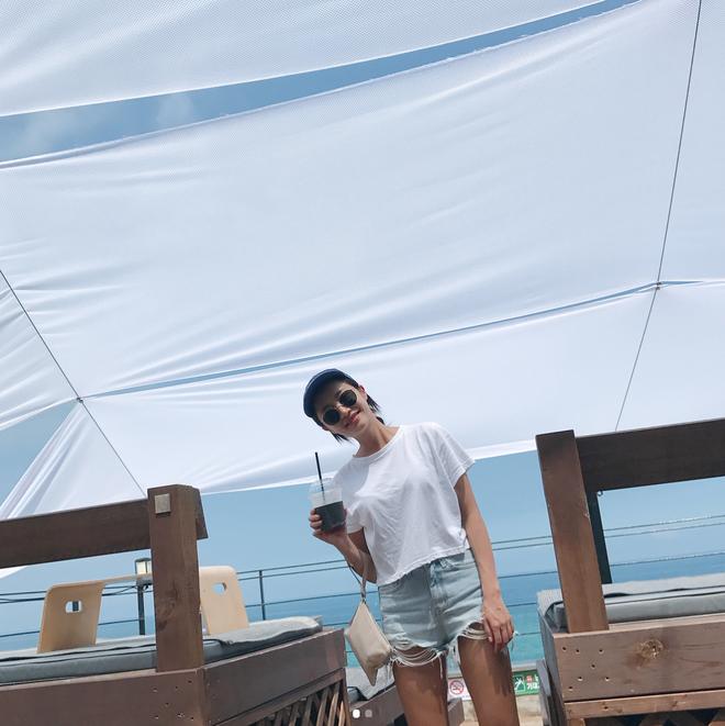 Lên lịch cho kỳ nghỉ lễ sắp tới, chớ bỏ qua 13 gợi ý dễ mặc dễ đẹp với quần jean shorts này nhé! - Ảnh 3.
