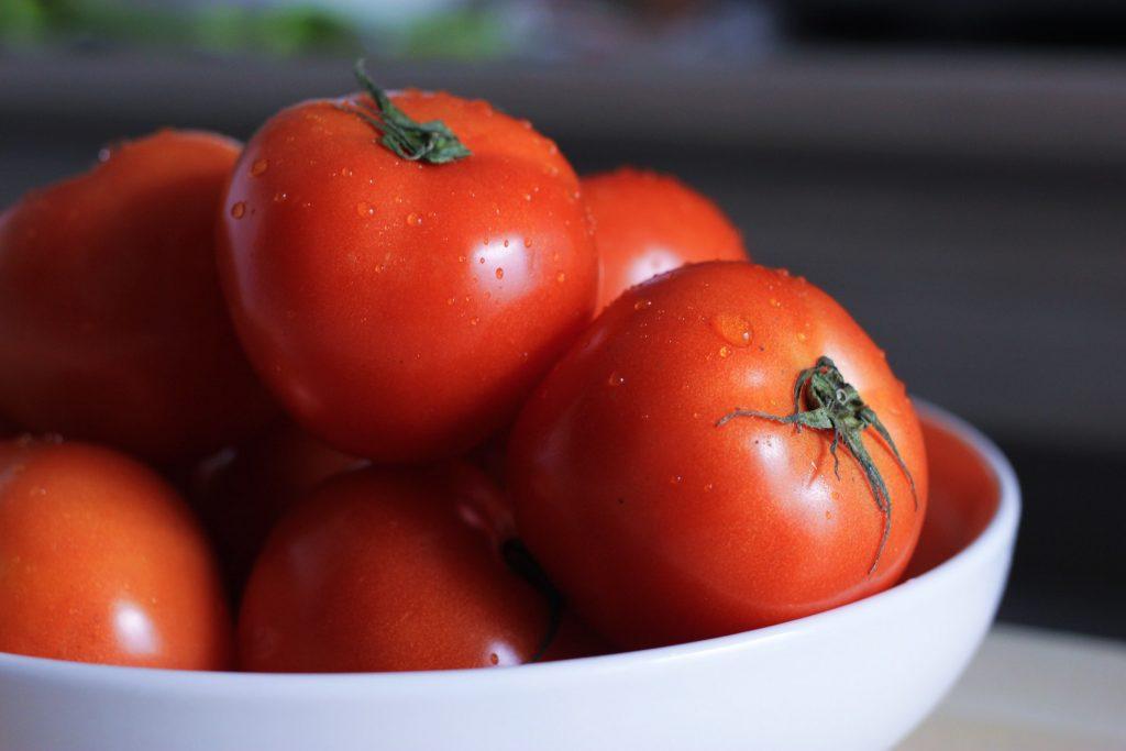 Cách trị thâm mụn với cà chua