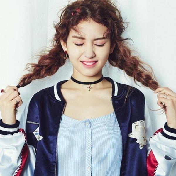 So Mi - cô nàng cá tính và tinh nghịch với tết tóc xoăn cực trendy.