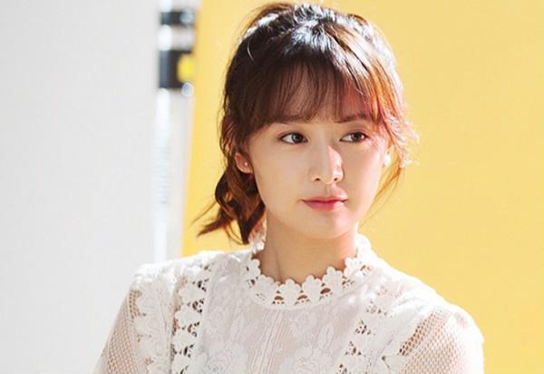 Trước đó, Kim Ji Won cũng từng diện kiểu tóc này trong bộ phim Fight for my way và nhận được 'cơn mưa' lời khen từ khán giả vì quá đỗi ngọt ngào