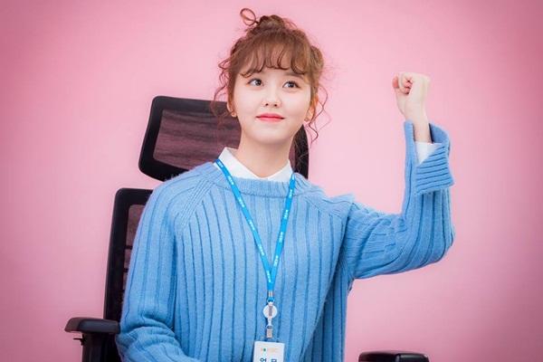 Hình ảnh Kim So Hyun cuốn hút trong Radio Romancegiúp mốt tóc mái xoăn 'tăng nhiệt' trở lại
