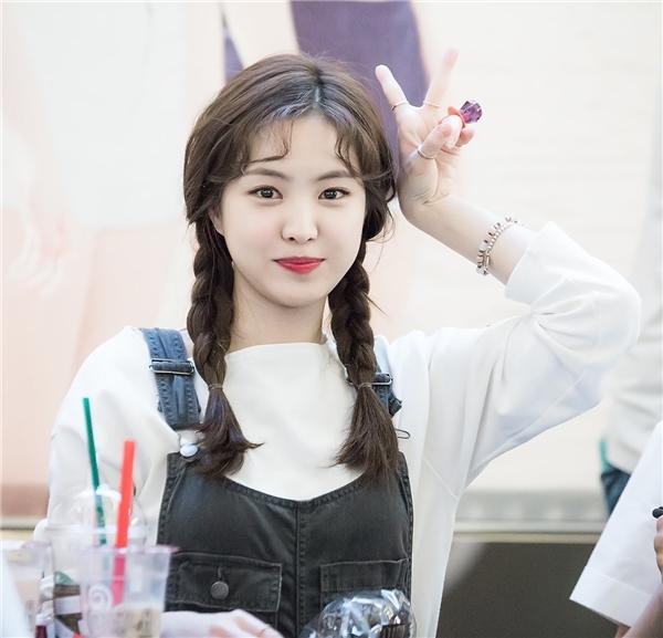 Na Eun (A Pink) đáng yêu hết cỡ với tóc tết vàmái dấu phẩy uốn xoăn nhẹ nhàng.