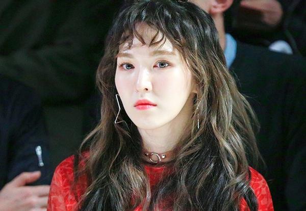 Wendy lạ mắt với tóc mái ngố được cắt ngắn và làm xoăn nhẹ nhàng
