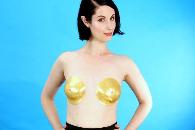 Dùng thử loại mặt nạ làm săn chắc ngực chứa vàng 24K, và đây là kết quả mà cô nàng này nhận được  - Ảnh 1.