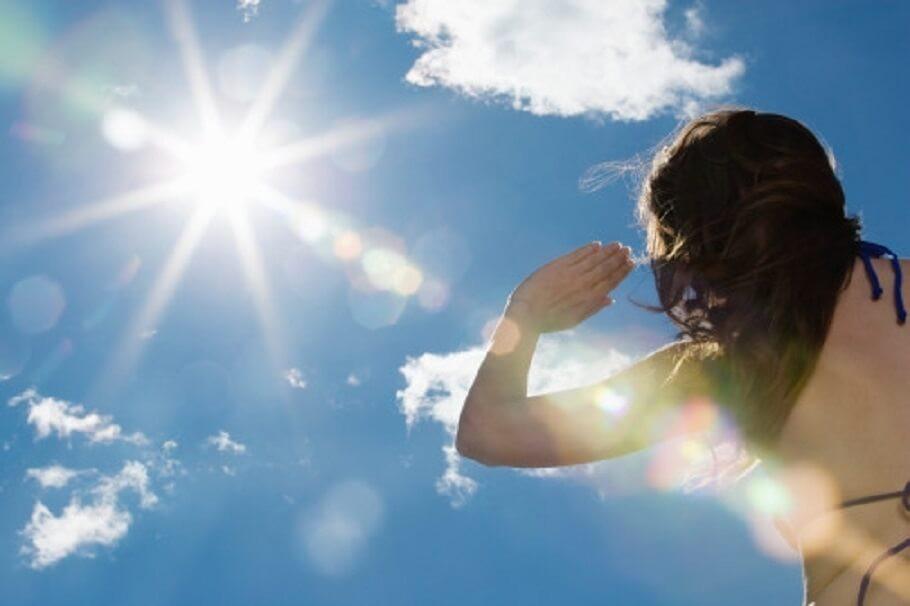 Sài Gòn nắng nóng lên tới 35 - 36 độ C: cẩn thận với 6 triệu chứng sốc nhiệt do đi dưới trời nắng quá lâu - Ảnh 1.