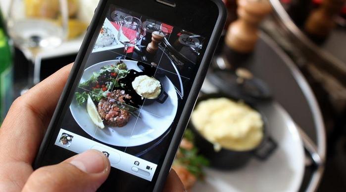 4. Đi tới đâu cũng livestream, ăn cái gì cũng phải chụp hình trước để đăng lên mạng xã hội.