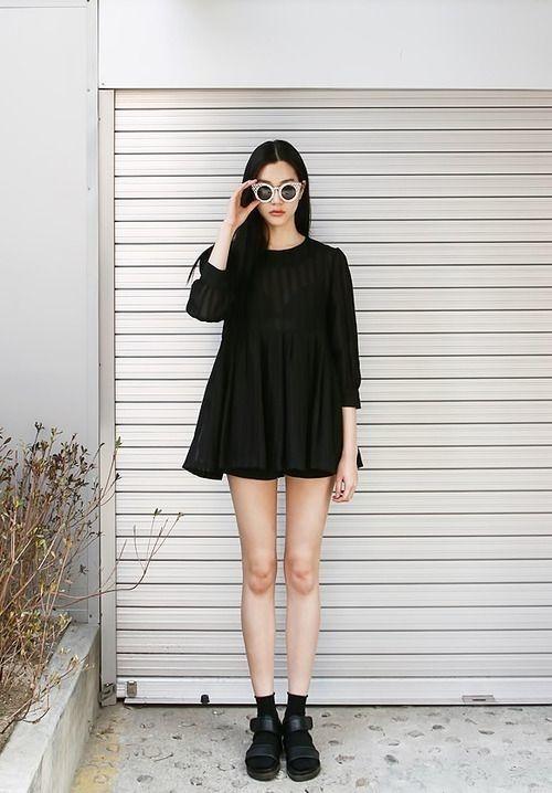 8. Trong khi đứa bạn thân suốt ngày thay đổi quần áo cho phù hợp với xu hướng, còn bạn thì thích gì mặc nấy, miễn là thấy thoải mái.