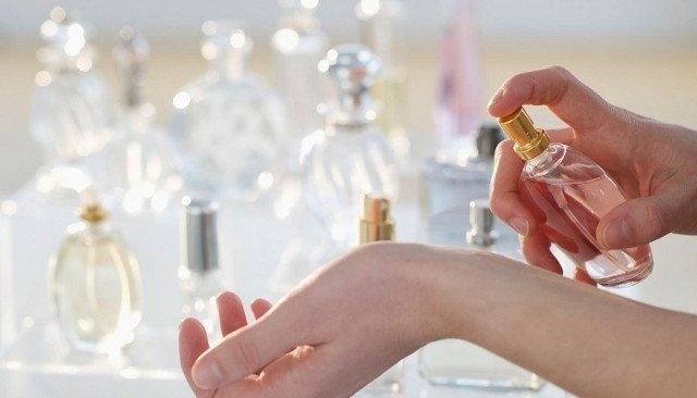 13. Trên người bạn chẳng có mùi hương gì đặc biệt. Nên xịt thêm ít nước hoa trước khi ra ngoài để gây ấn tượng với người đối diện.