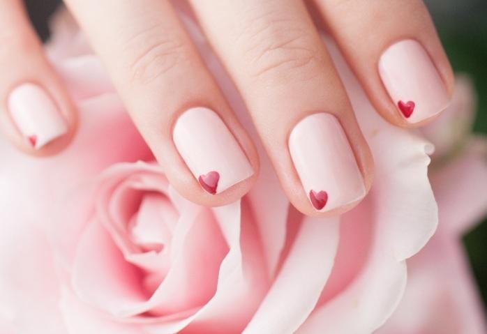 6. Thấy cô bạn sơn móng tay thì cho rằng nó quá điệu đà. Thực tế việc làm đẹp cho móng tay hoặc móng chân sẽ giúp bạn trở nên mới mẻ hơn đấy.