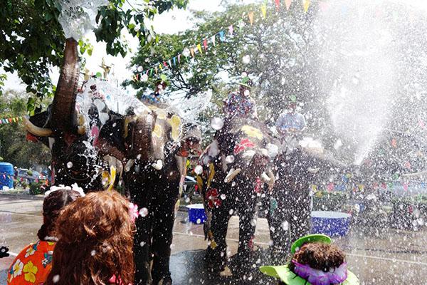 Chùm ảnh ấn tượng tại lễ hội té nước Songkran Thái Lan 12